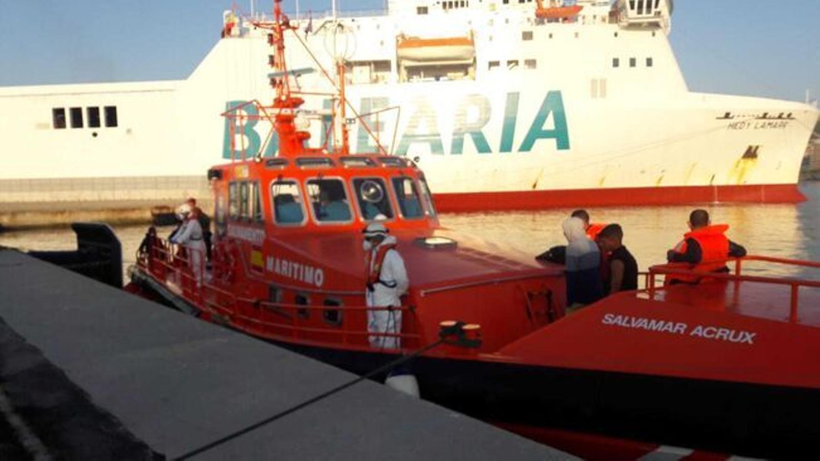 El vaixell de Salvament Marítim que va traslladar els migrants al port de Palma.