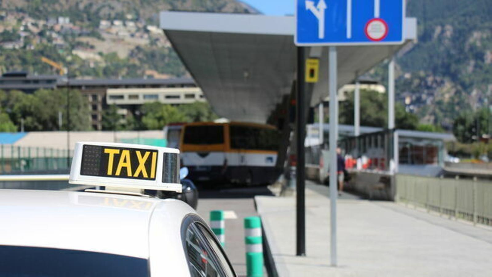Un taxi espera a la parada de l'Estació Nacional d'Autobusos. / T.N. (ANA)