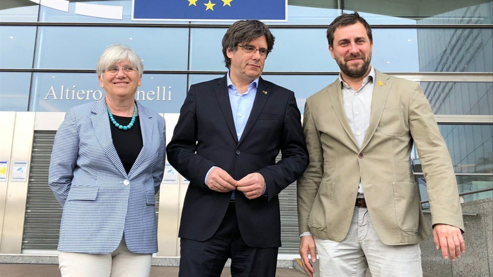 L'expresident català a l'exili, Carles Puigdemont, amb els exconsellers Clara Ponsatí i Toni Comín, davant del Parlament Europeu