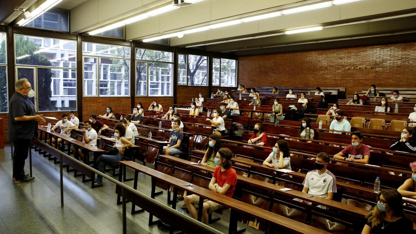 Estudiants durant un examen de les PAU, a la Facultat d'Economia i Empresa de la UB, aquest dimarts.