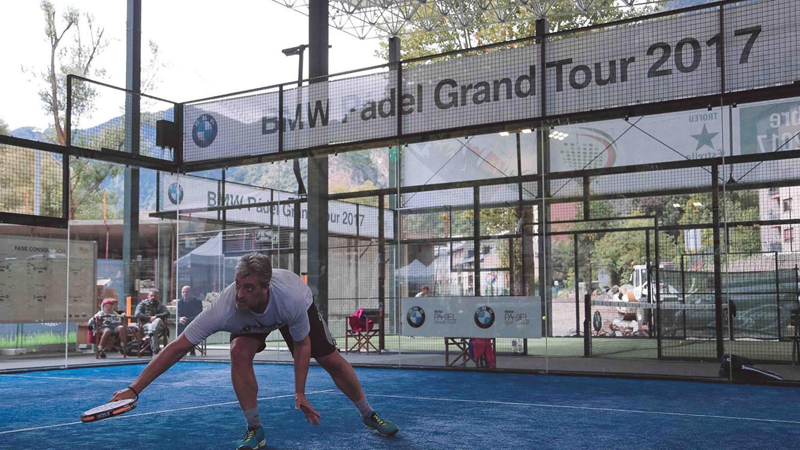 Un jugador torna la pilota en un dels partits del Padel Grand Tour disputat al Principadel. / PRINCIPADEL