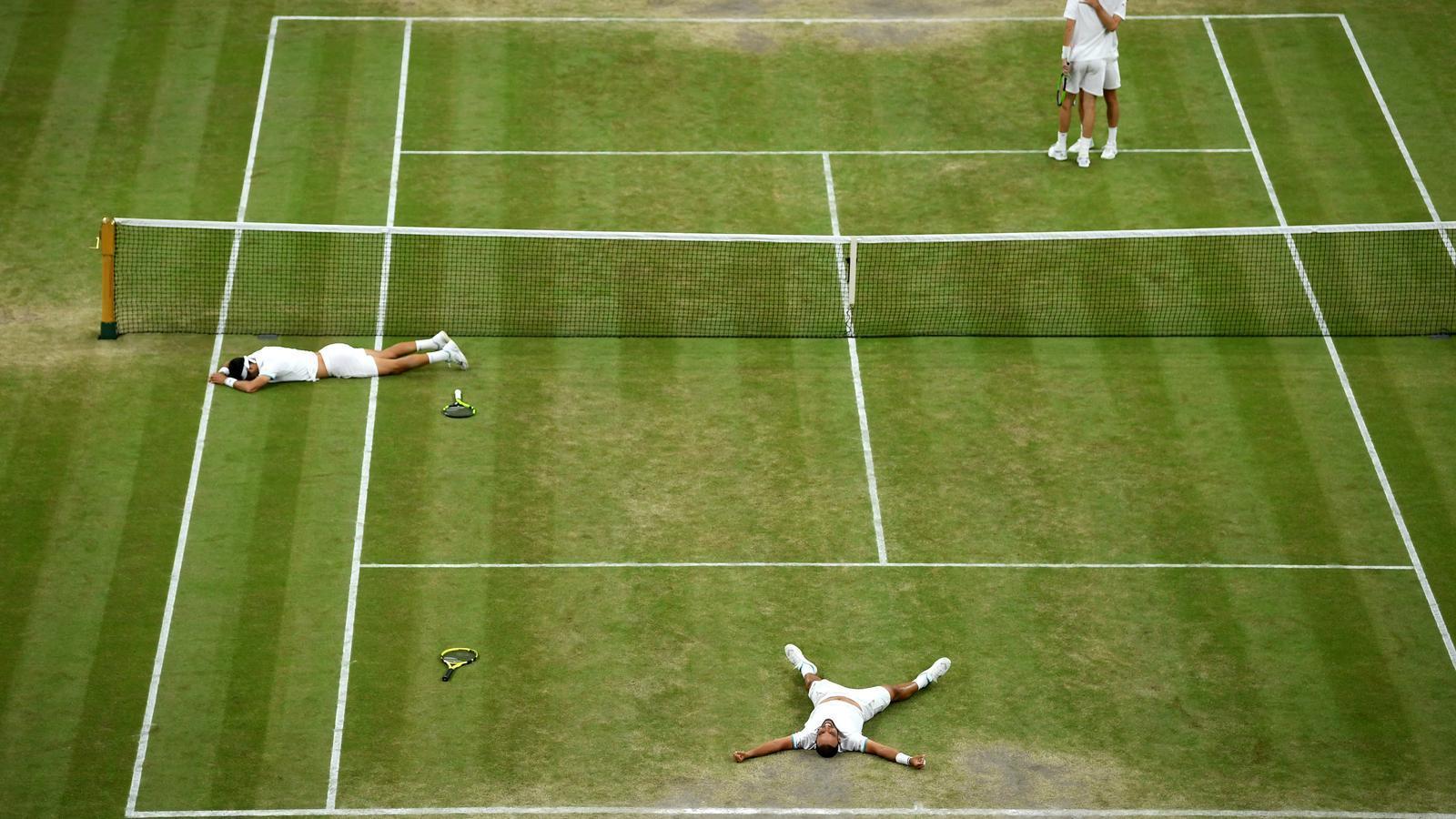 Sebastian Cabal i  Juan Robert Farah celebrant la seva victòria contra Nicolas Mahut i Edouard Roger-Vasselin al Wimbledon 2019.