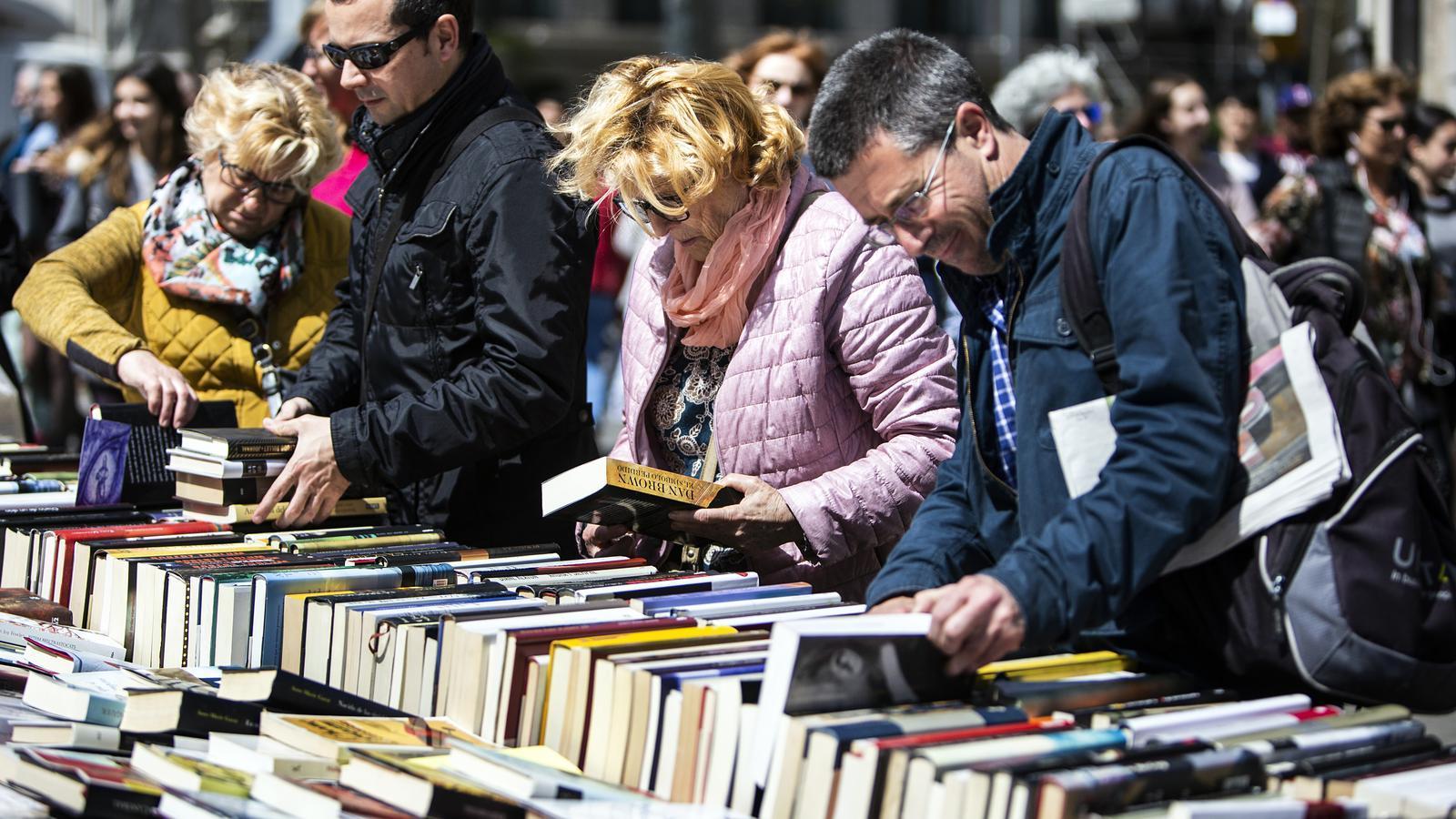 Gent mirant llibres durant la diada de Sant Jordi de l'any passat