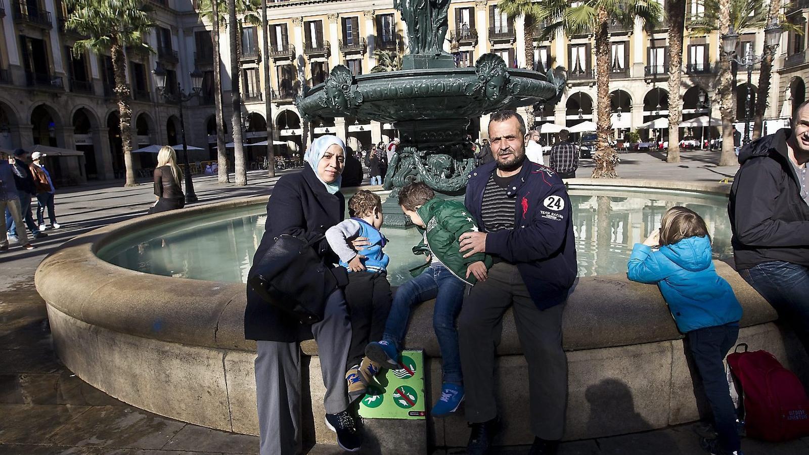 El Mohamed i l'Aixa amb els seus fills de 4 i 6 anys a la plaça Reial de Barcelona. XAVIER BERTRAL