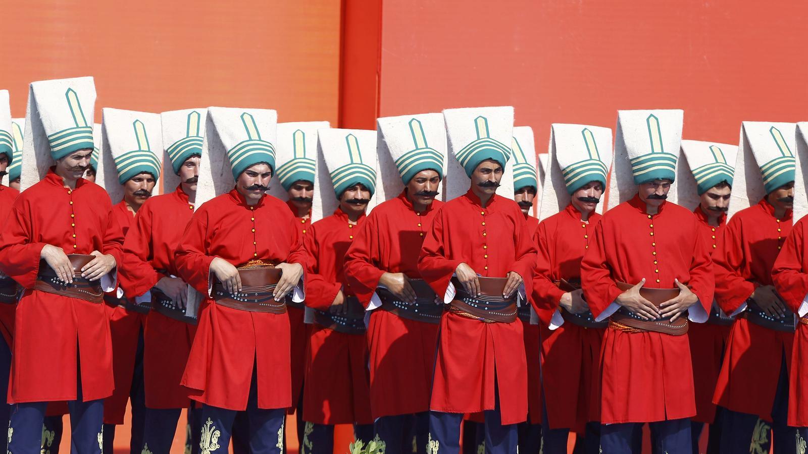 Vestits tradicionals dels militars otomans en una manifestació a Istanbul.