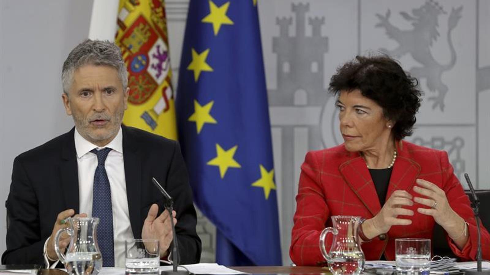 El ministre de l'Interior, Fernando Grande-Marlaska, amb la ministra portaveu del govern espanyol, Isabel Celaá, durant la roda de premsa posterior al consell de ministres.