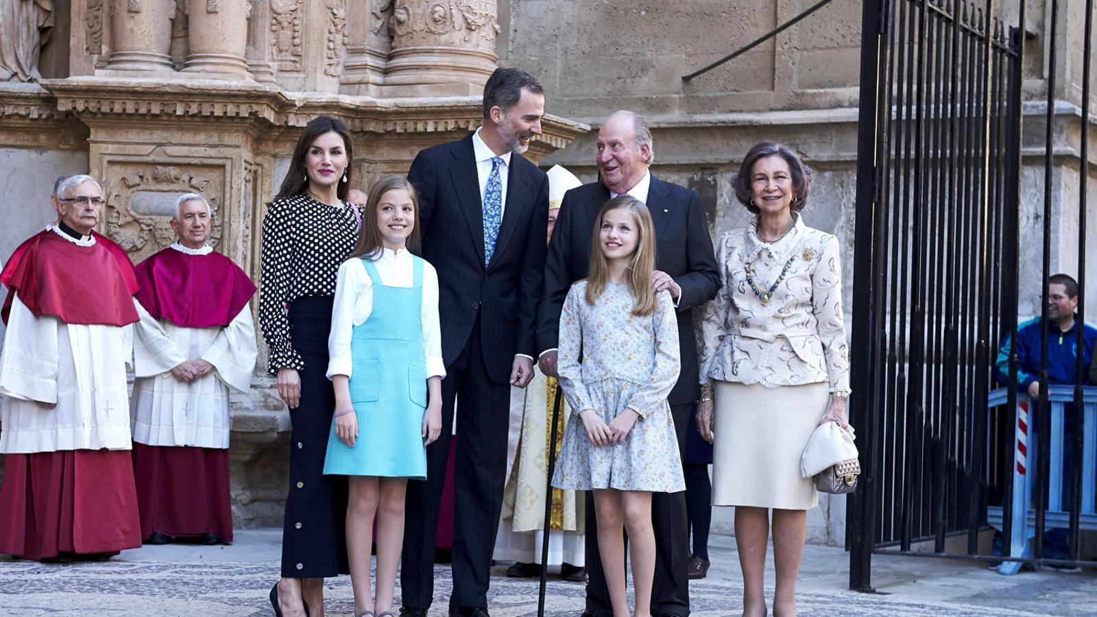 El rei d'Espanya, Felip VI; el rei emèrit, Joan Carles I; les princeses Elionor i Sofia,  I la reina Sofia, l'abril del 2018 a Palma.