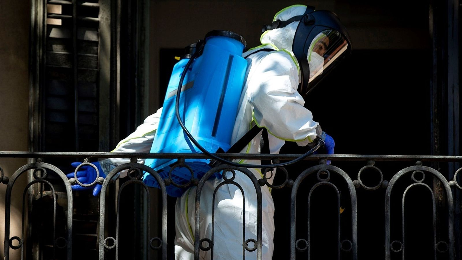 Un bomber, desinfectant la residència Nova Convivència de Barcelona
