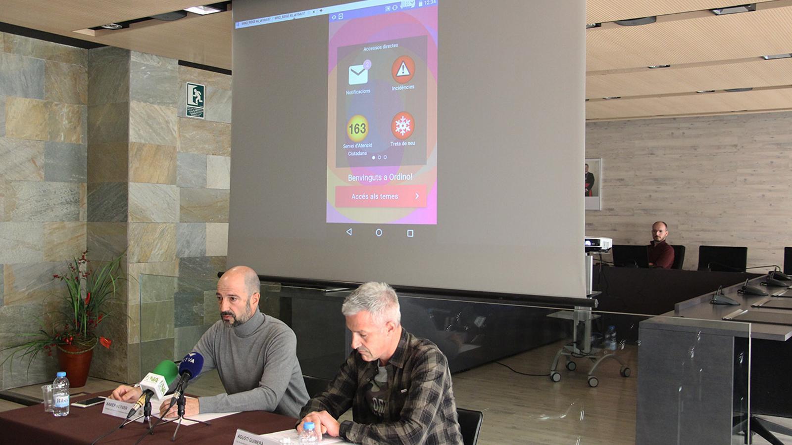 El conseller d'Administració, Comuniació, Comerç i Dinamització d'Ordino, Xavier Herver, i el cap de departament de Comuniació i Sistemes d'Informació d'Ordino, Agustí Guimerà, durant la presentació de la nova aplicació