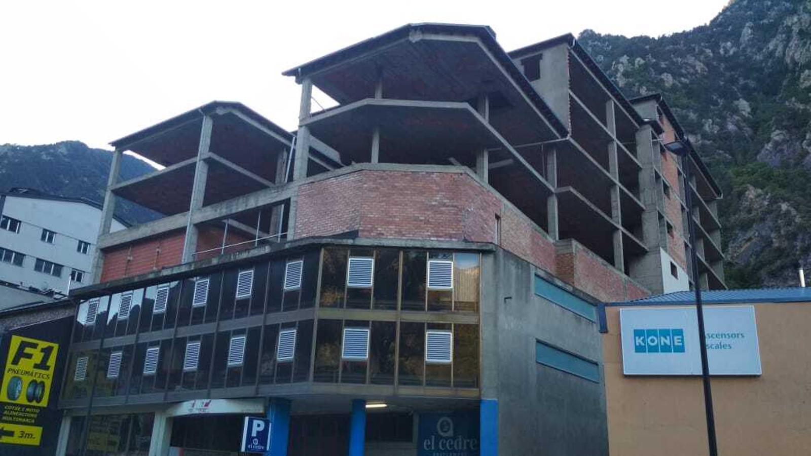 Un edifici inacabat ubicat a la recta de Santa Coloma. / E. C.