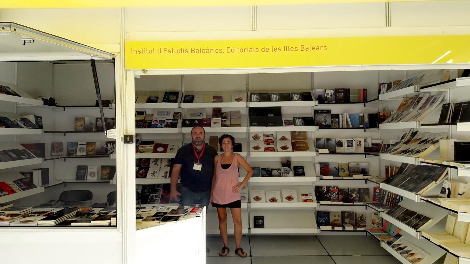 Estand de l'IEB a la Setmana del Llibre en Català de Barcelona.