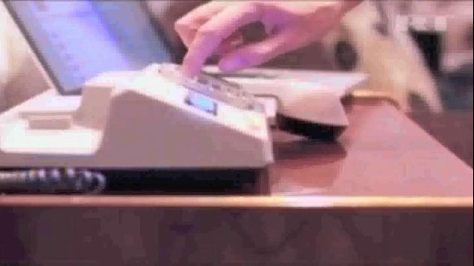 Tuitejar amb un telèfon dels anys 80