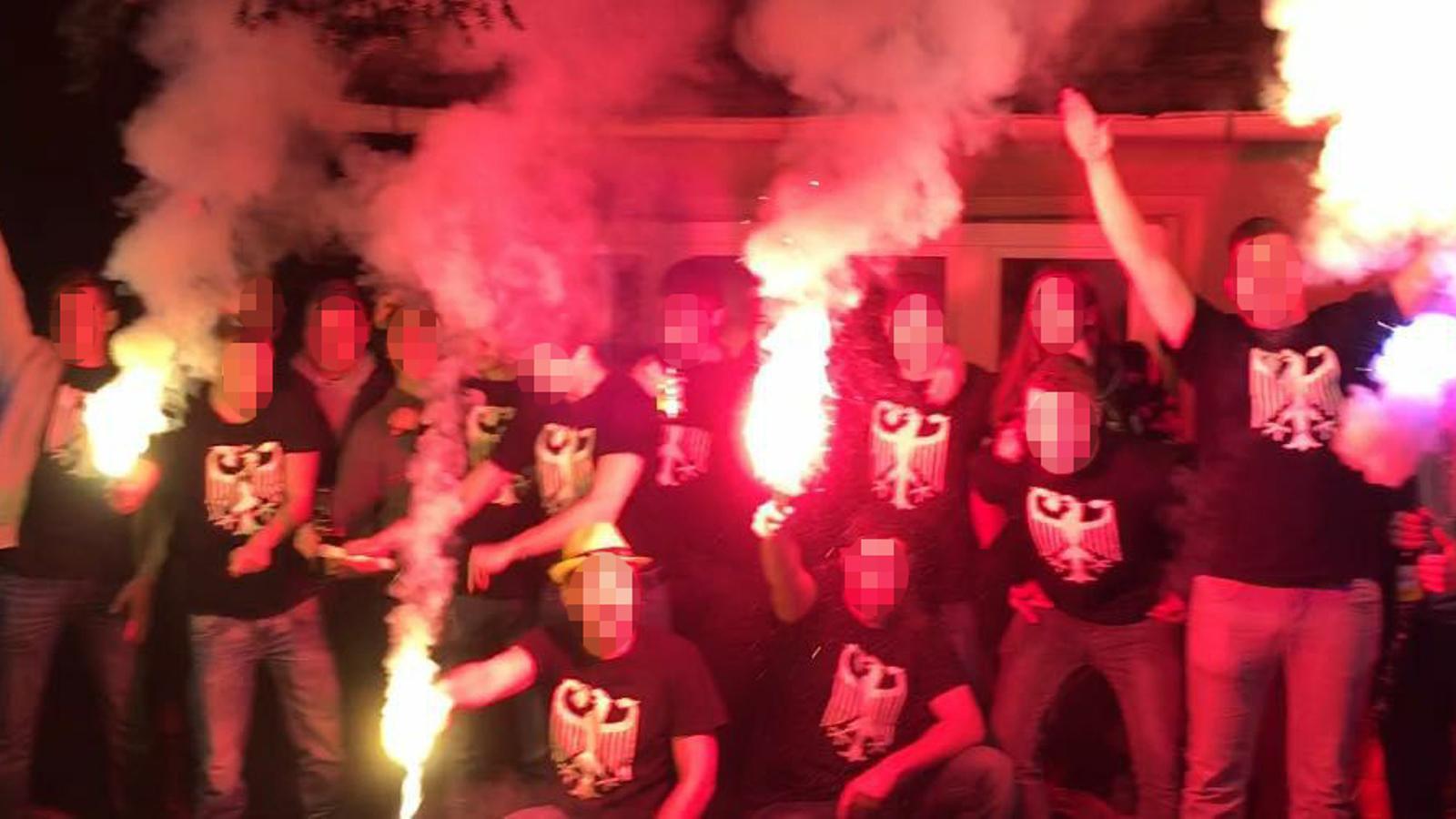 Imatge d'un grup d'ultres del futbol amb samarretes amb l'escut de la selecció alemanya, alguns fent la salutació nazi, publicada al compte de Facebook de Johannes H.