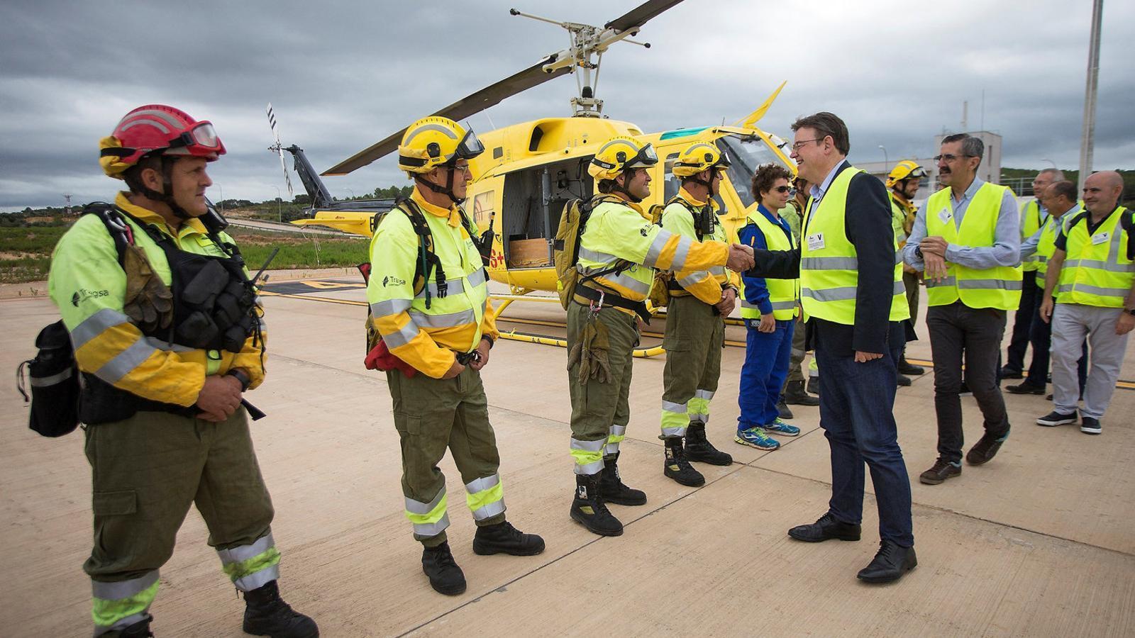 El president de la Generalitat valenciana, Ximo Puig, durant la seva visita, ahir, a l'aeroport de Castelló.