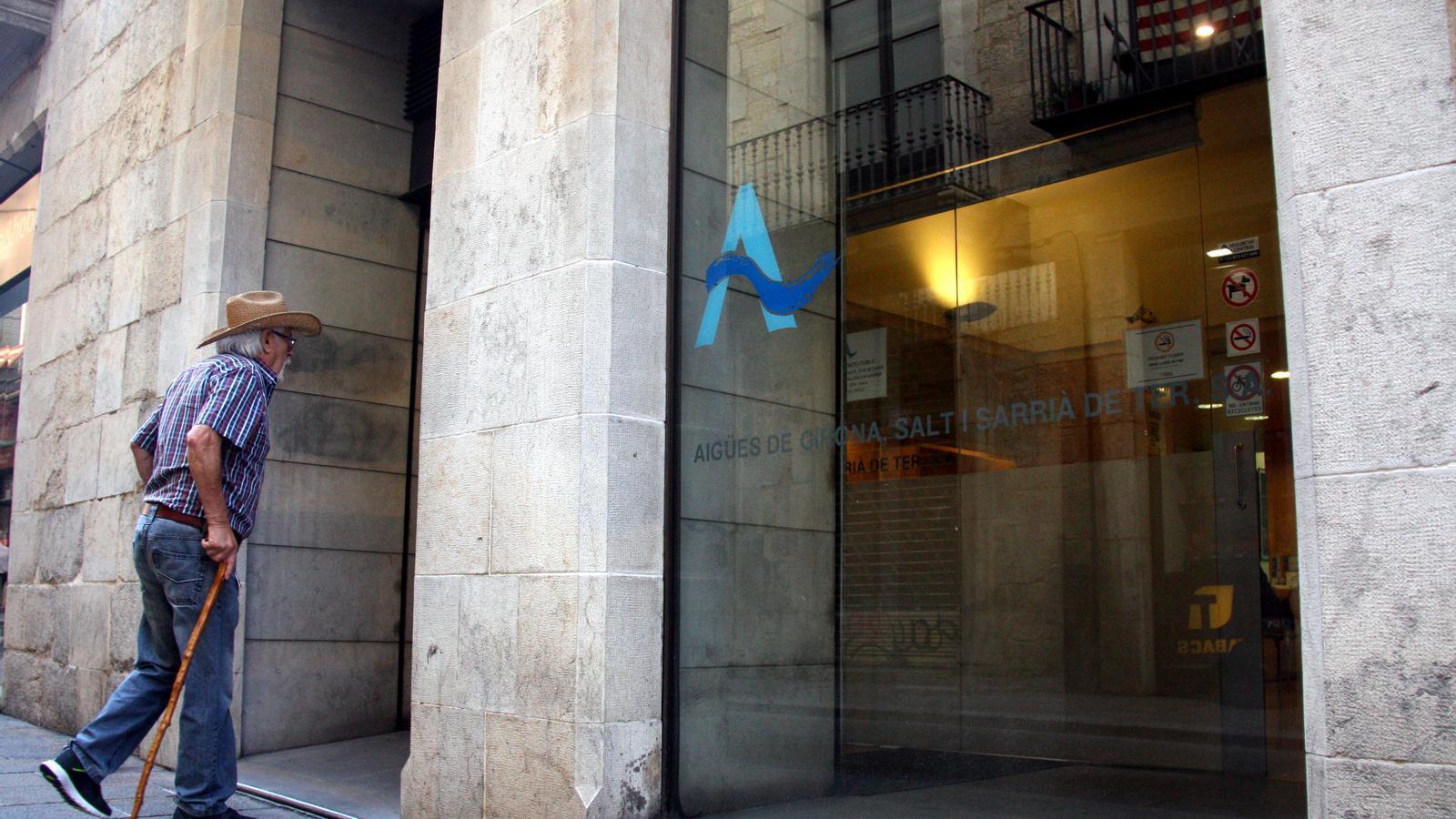 Un home entra a la seu d'Agissa, situada al carrer Ciutadans de Girona / ACN
