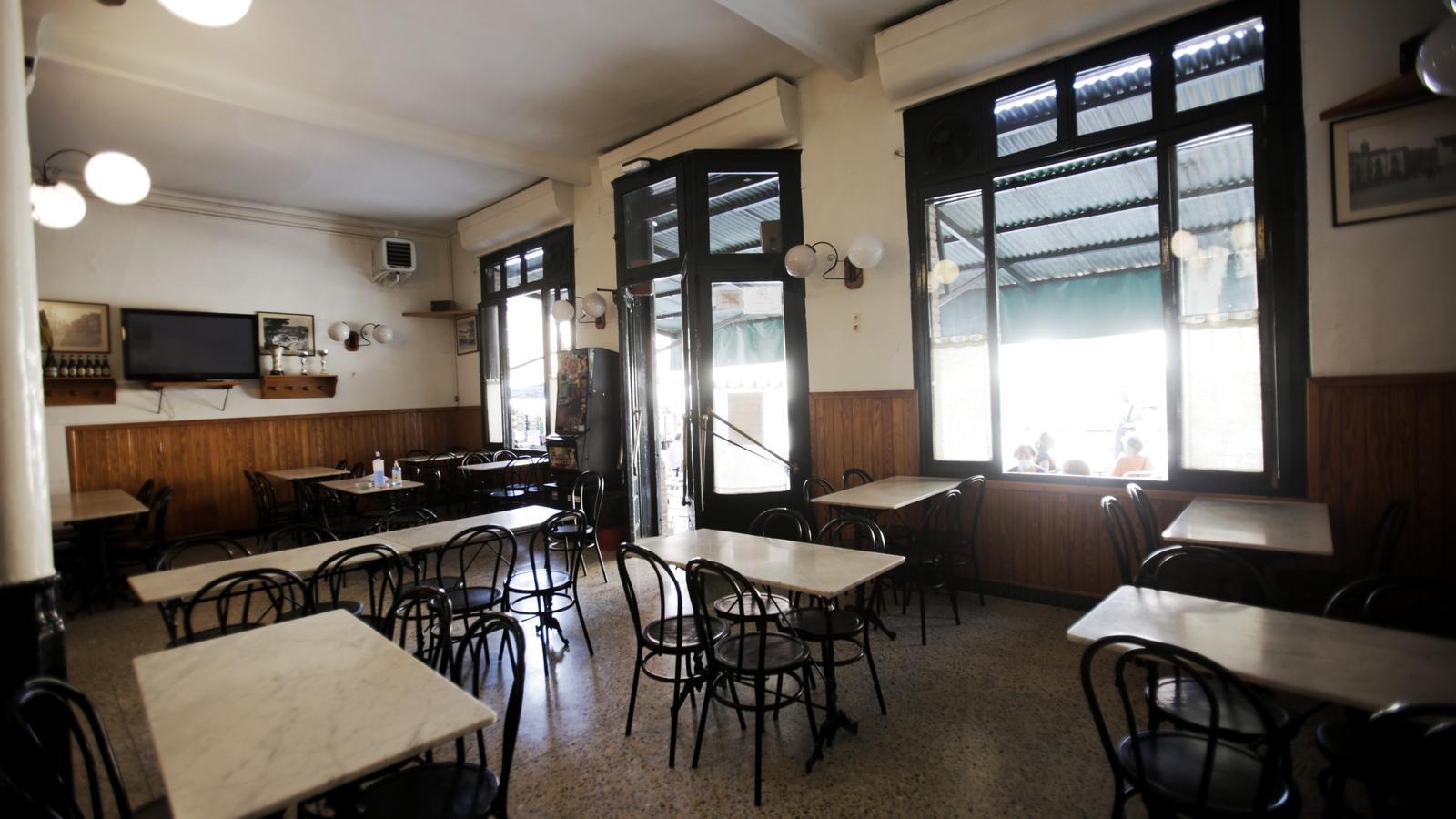 Un bar buit a Tona, un municipi amb menys de 10.000 habitants que no compleix amb els requisits de densitat