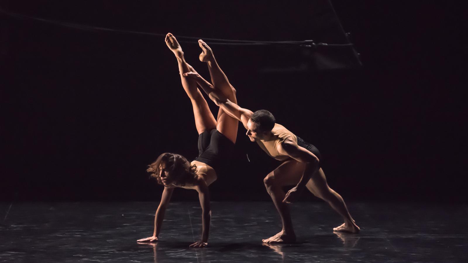 """Els ballarins interpretant """"Sirenes"""""""