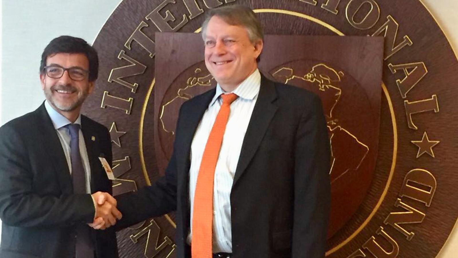 El ministre de Finances, Jordi Cinca, amb el secretari de nous ingressos de l'FMI, Tom R. Rumbough. / SFGA