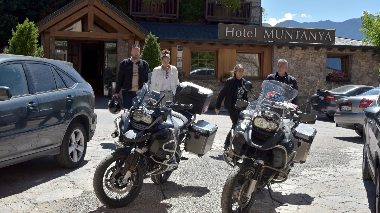 Turistes sortint d'un hotel de la Cerdanya. / ACN