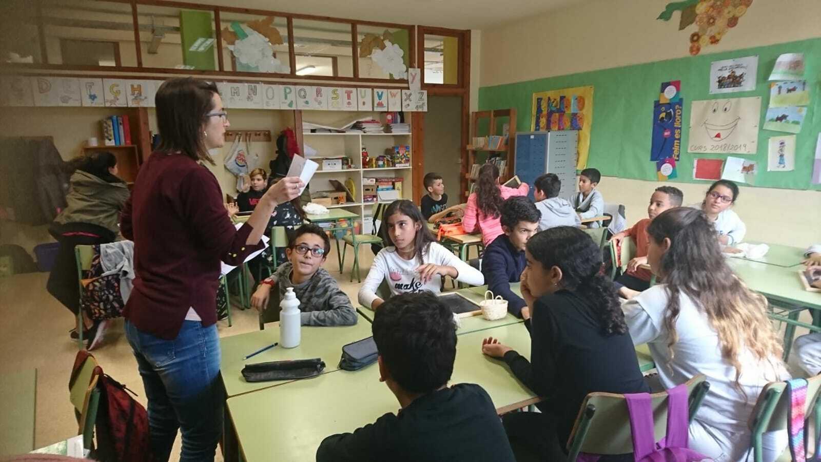 Una mestra i alumnes durant un dels tallers sobre els efectes dels plàstics en el medi ambient.