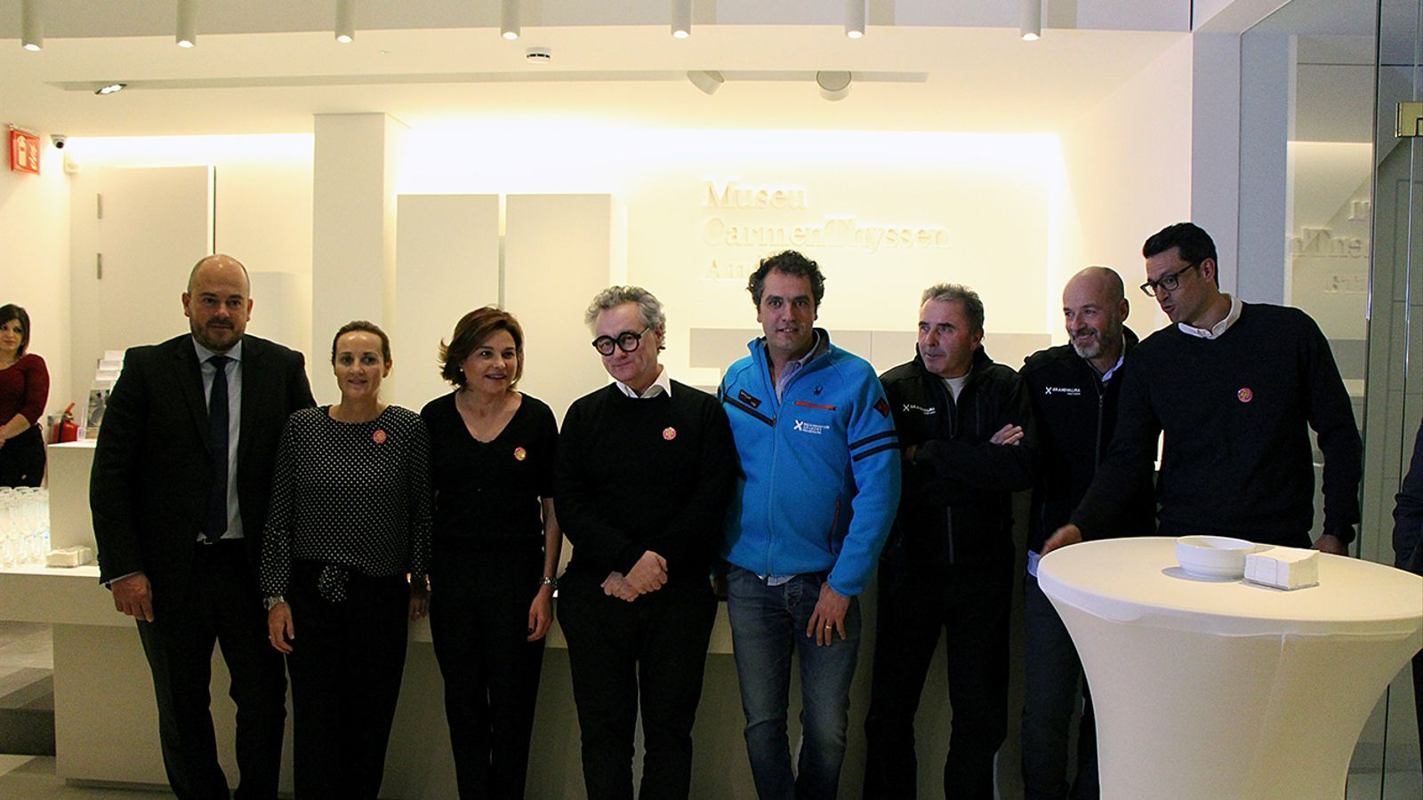 Les autoritats acompanyen al pastisser, Christian Escribà, en una foto de família. / M. M. (ANA)