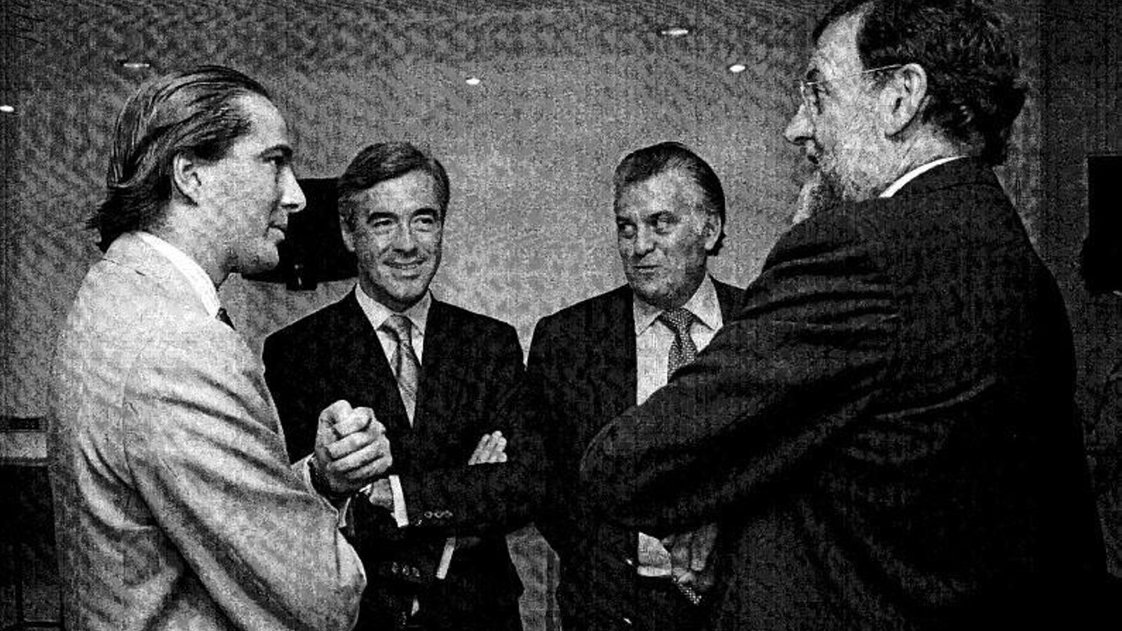 De derecha a izquierda: el presidente español, Mariano Rajoy con el extesorero del PP Luis Bárcenas, el exsecretario general del partido Ángel Acebes y el empresario Gonzalo Urquijo / ARA