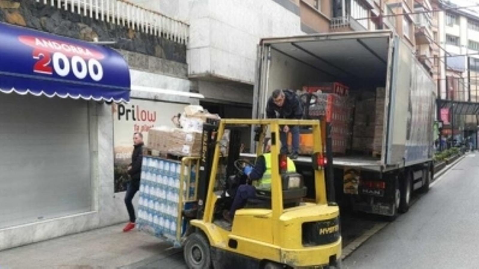 Entrega de subministraments a un supermercat d'Andorra la Vella. / ARXIU ANA