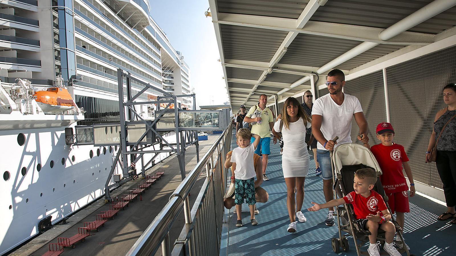Un grup de turistes creueristes desembarcant d'un vaixell a la terminal A del port de Barcelona.