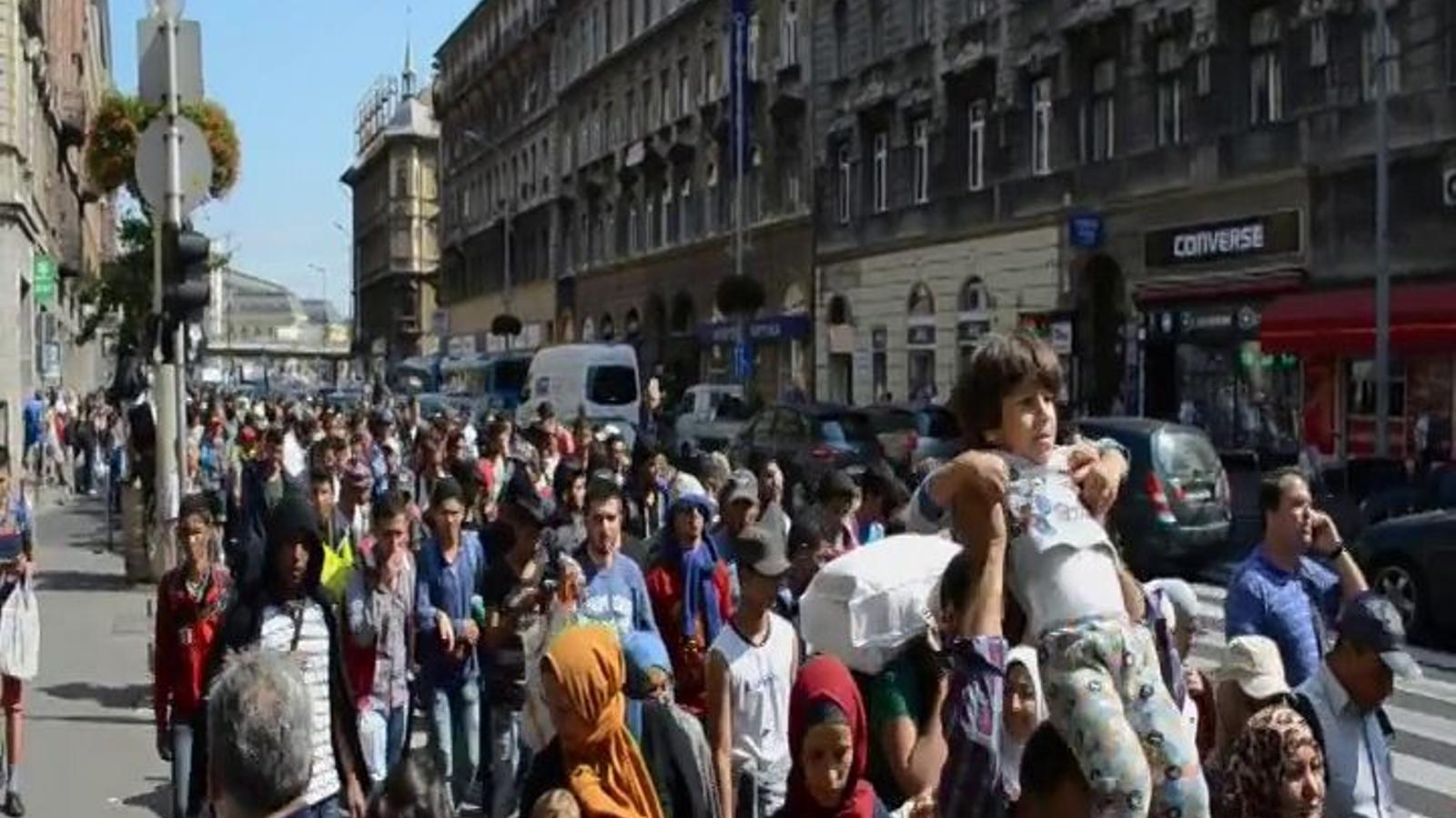 Refugiats travessant Budapest a peu per anar cap a Àustria