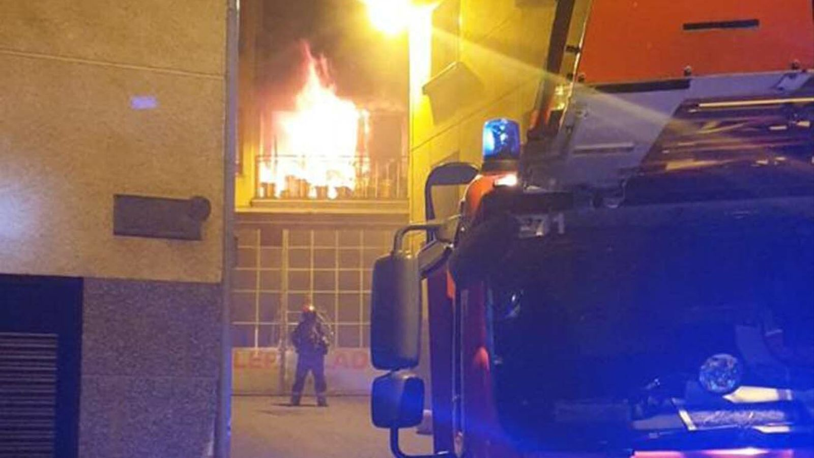 Les flames al pis del carrer Hortalets de Guem. / RTVA