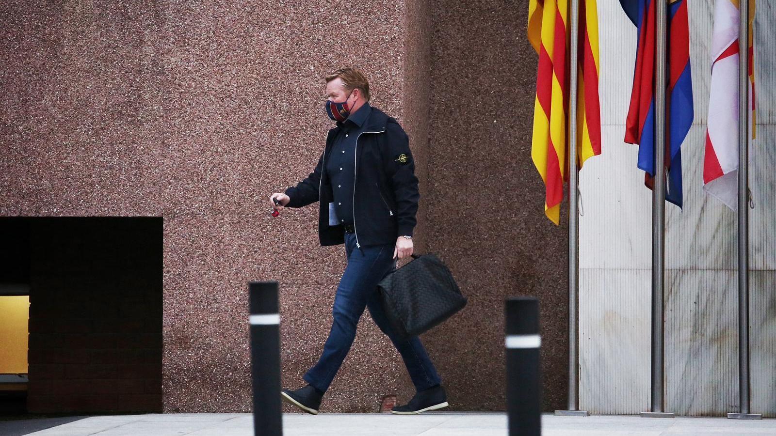 Koeman surt de les oficines del Barça.