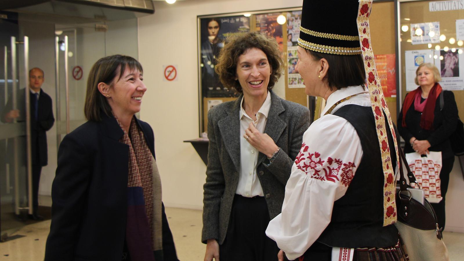 L'ambaixadora de Lituània per a Espanya i Andorra, Skaisté Aniuliené, conversa amb les ministres d'Afers Exteriors, Maria Ubach, i de Funció Pública i Reforma de l'Administració, Eva Descarrega. / M. F. (ANA)