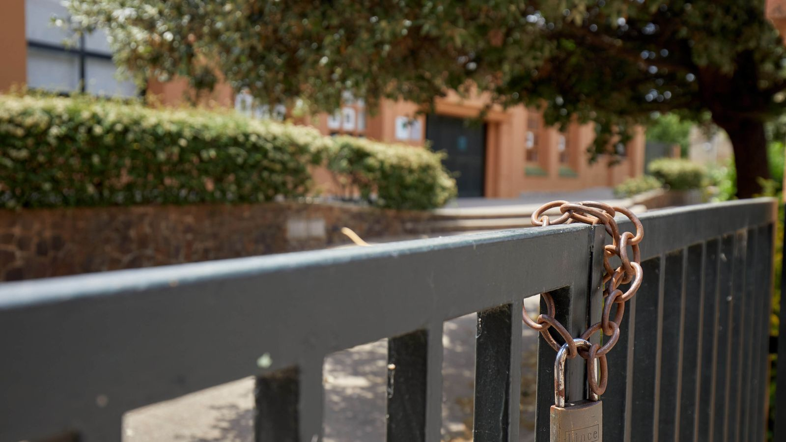 Sis centres educatius que podien obrir avui a Catalunya no ho han fet
