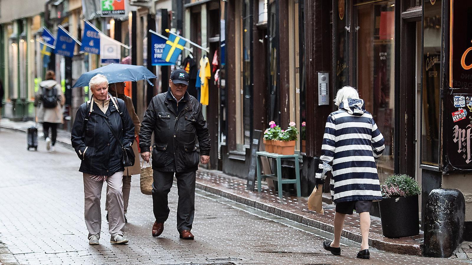 Un grup de gent gran passejant dijous pel centre històric d'Estocolm.