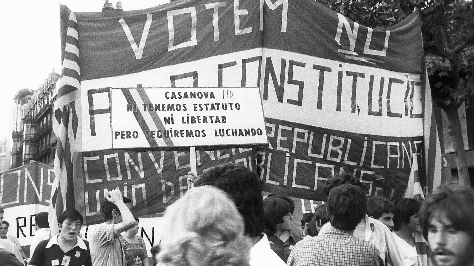 Una pancarta contrària a la Constitució en la manifestació de la Diada del 1978.