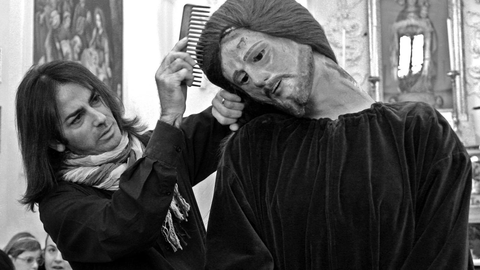 A l'església Madonna delle Grazie de la localitat de Butera, un perruquer local esforçant-se amb dedicació a arreglar els cabells de la figura de Crist un dia abans de treure'l a la processó del Divendres Sant.
