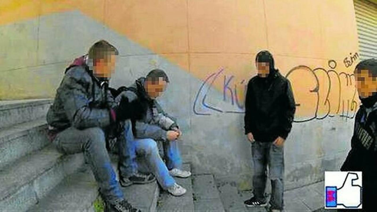 Una captura dels vídeos que difonien els detinguts, en què amenaçaven i vexaven homosexuals.