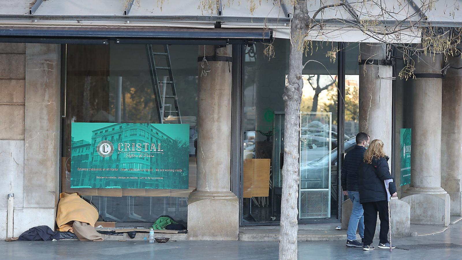 Un negoci d'hostaleria tancat en la plaça d'Espanya de Palma