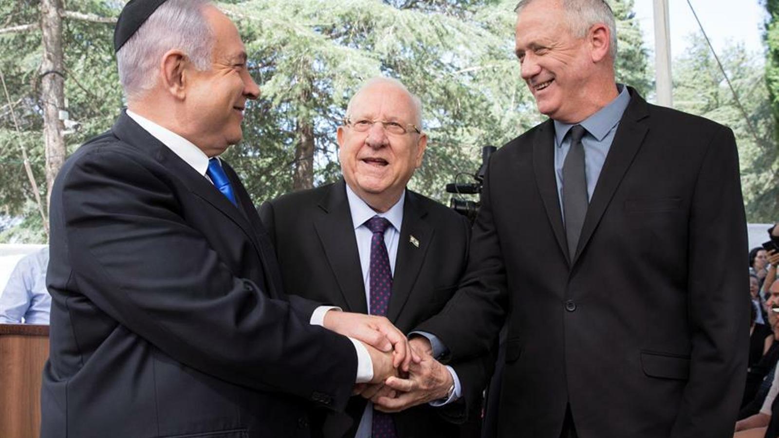 Netanyahu i Gantz s'encaixen les mans per celebrar el govern d'unitat