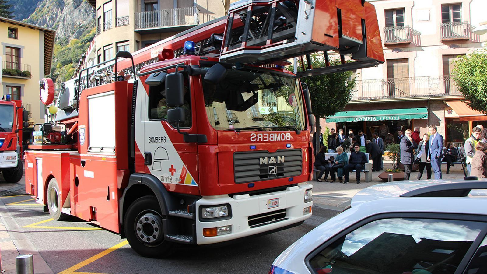 Camió amb escala automàtica de Bombers / ARA Andorra