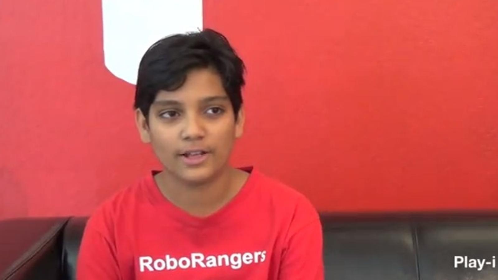Un nen de dotze anys dissenya un robot cambrer que distribueix patates entre els oficinistes
