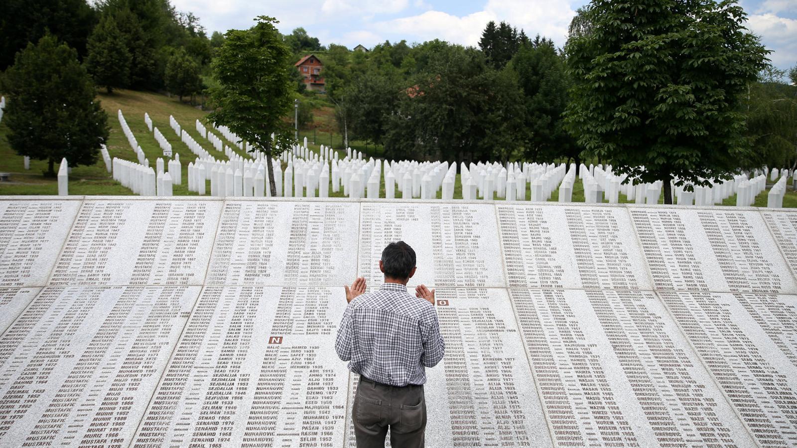 Un familiar al memorial a les víctimes de Srebrenica.