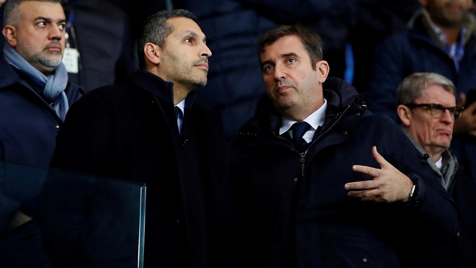 Khaldoon al Mubarak, president i mà dreta del xeic Mansour al Manchester City, parlant amb Ferran Soriano, director general del club