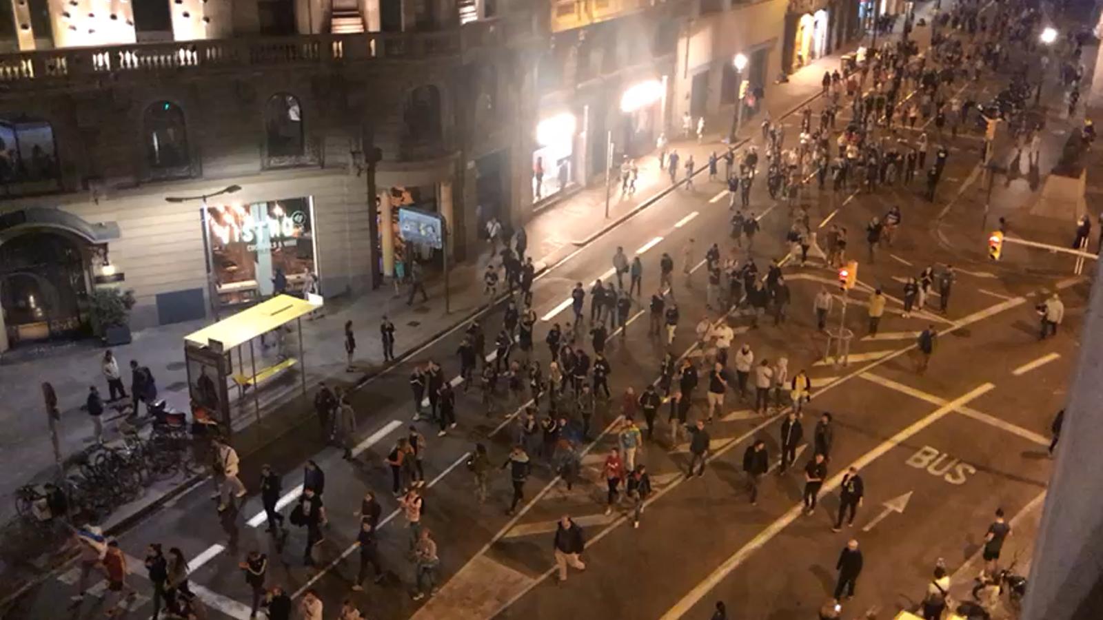 Els manifestants arriben a la comissaria de Via Laietana