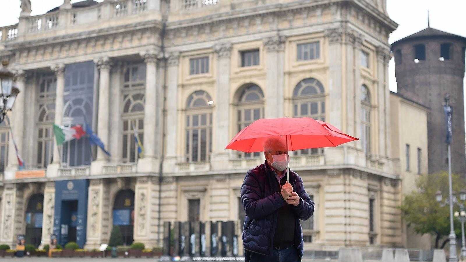 Un home amb mascareta a Turin durant la pandèmia