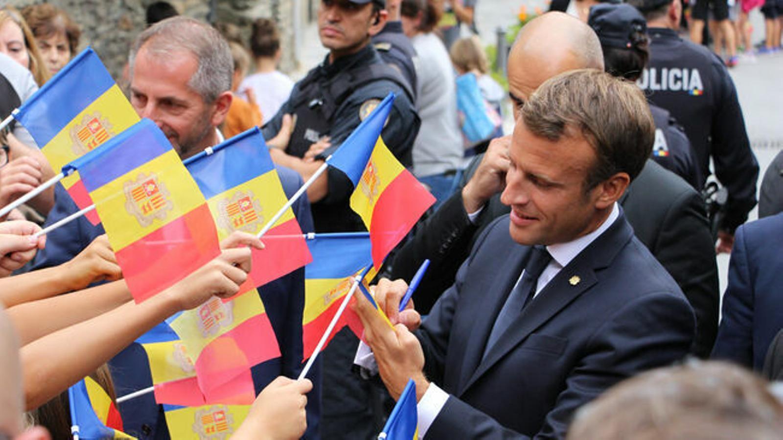 El copríncep francès, Emmanuel Macron, saluda als ciudadans durant la seva visita a Ordino. / T. N.