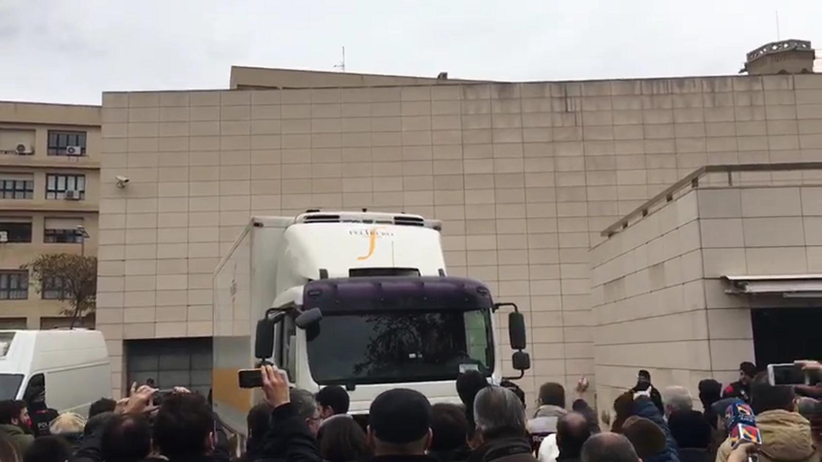 El camió i les furgonetes policials, col·locats perquè no es vegi com carreguen les obres de Sixena