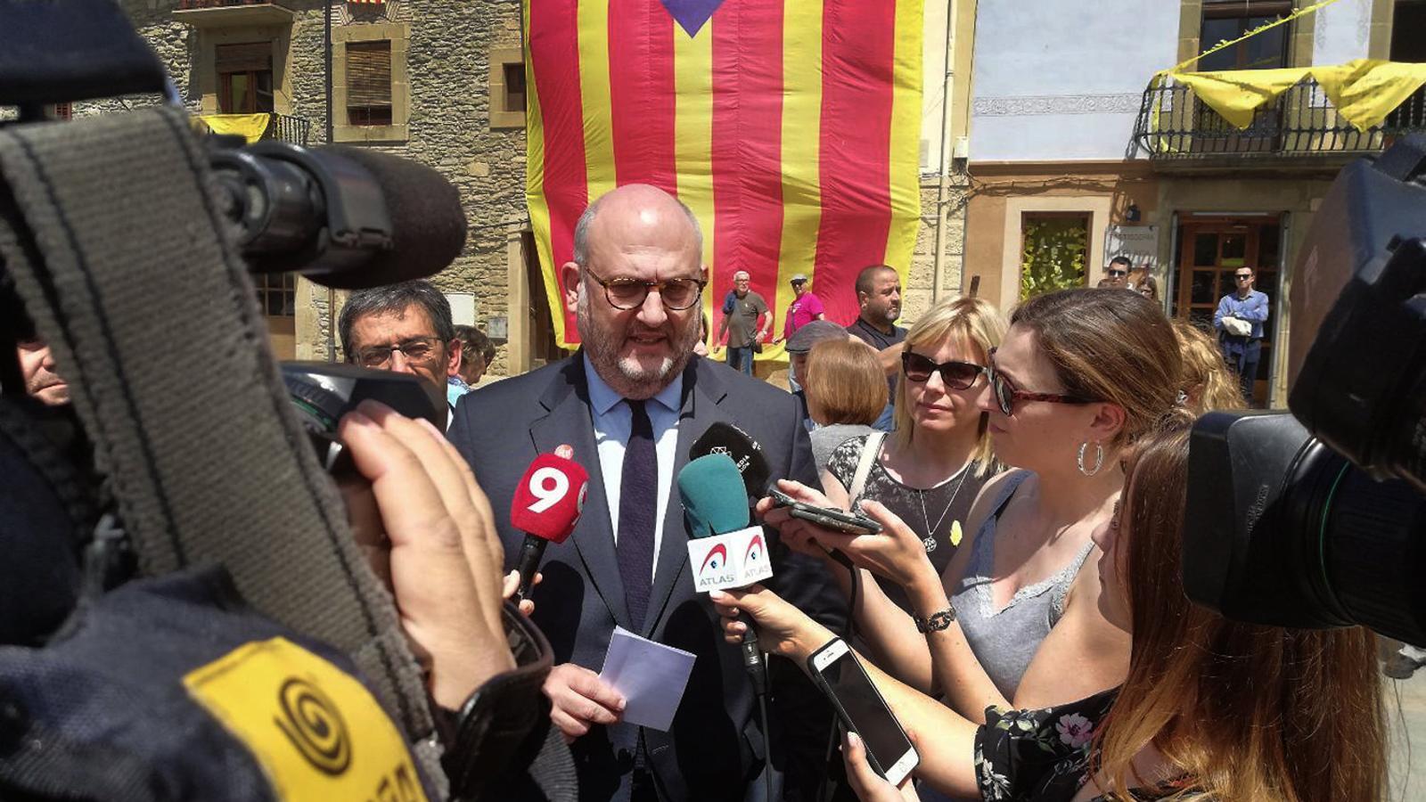 El portaveu de JxCat, Eduard Pujol, ahir declarant davant dels mitjans de comunicació a Folgueroles (Osona).