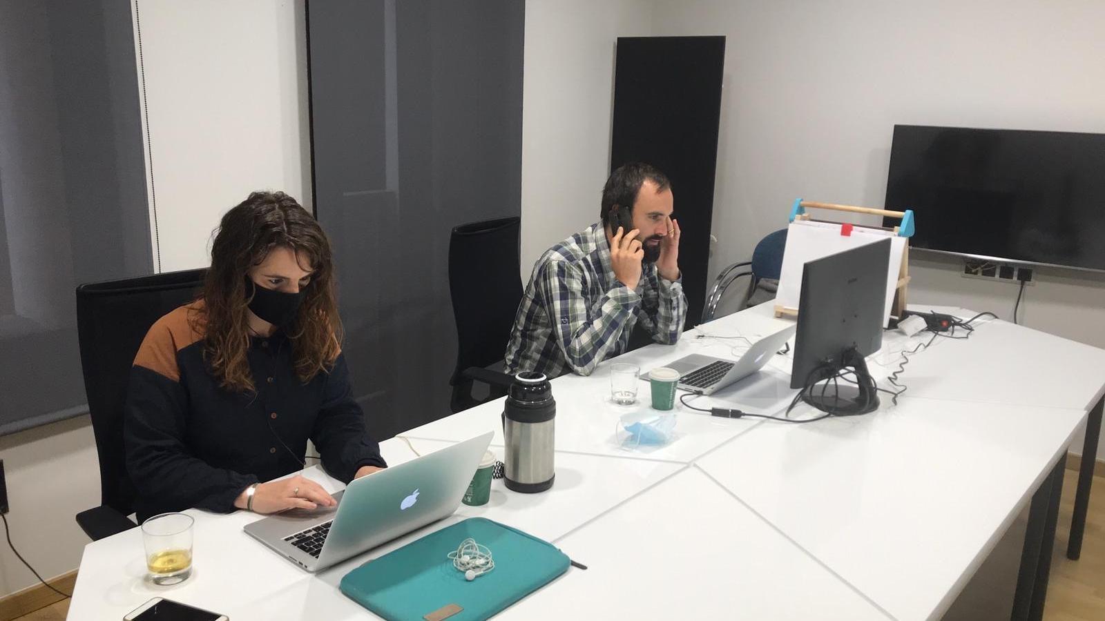 Els coordinadors del 'Coworking Europe' treballant des de la Seu d'Urgell. / PALAU COWORK