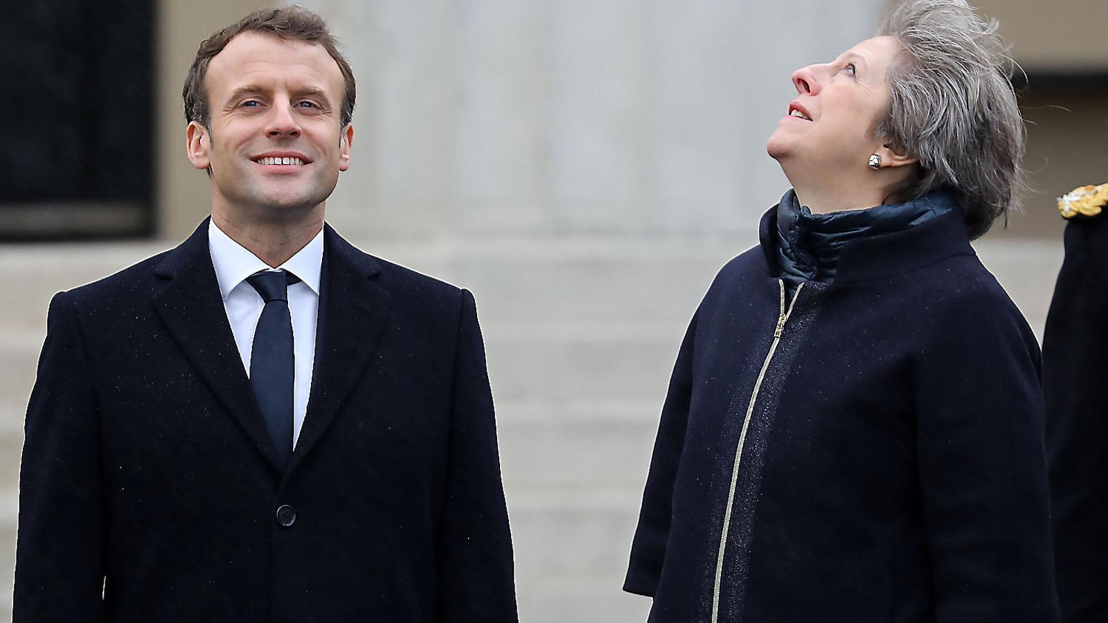 Emmanuel Macron i Theresa May, ahir, durant  la visita que  el president francès va fer  a l'acadèmia militar de Sandhurst,  al sud-oest  de Londres.